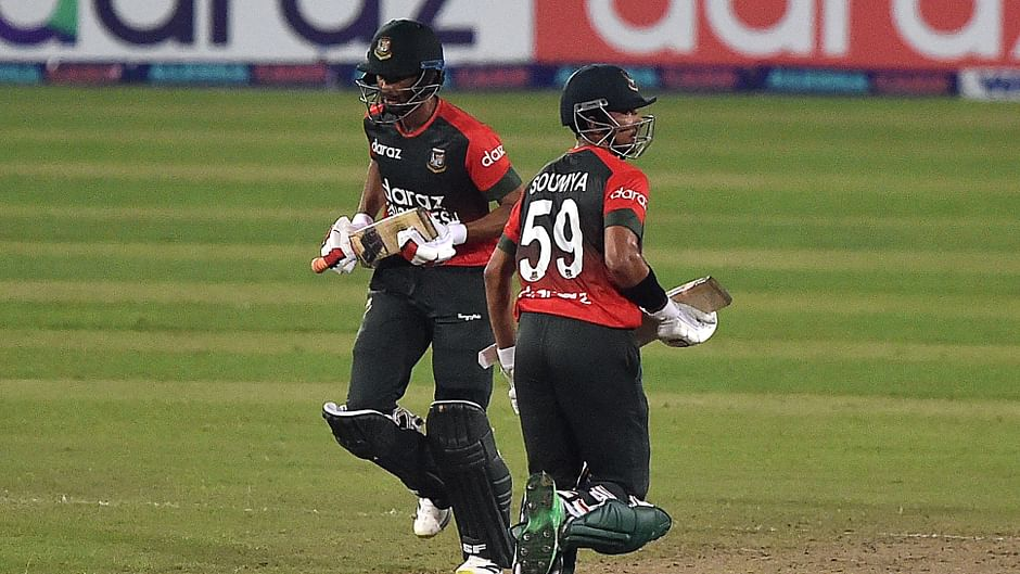 Bangladesh T20 captain Mahmudullah and Soumya running between the wicket during the fifth and final T20 match between Bangladesh and Australia
